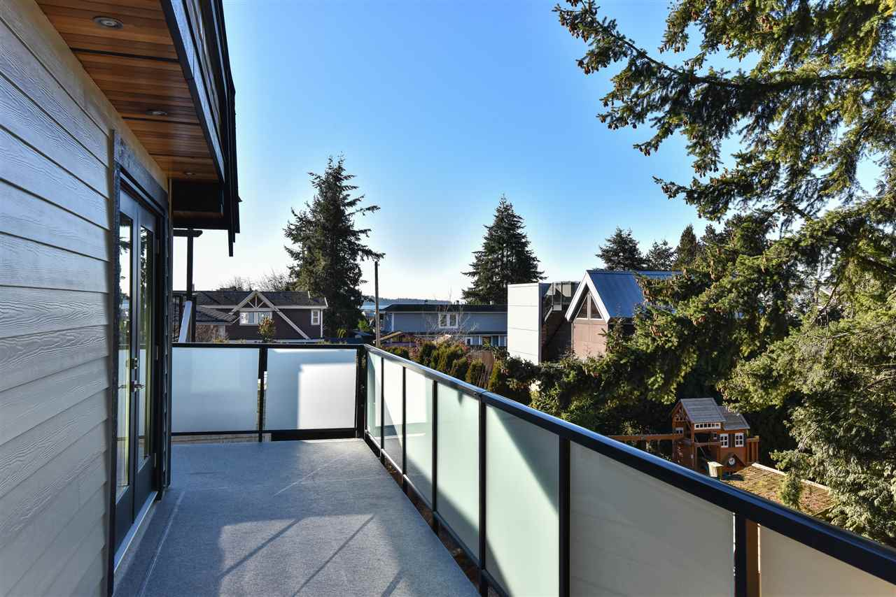 Detached at 923 MAPLE STREET, South Surrey White Rock, British Columbia. Image 4