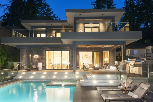 Detached at 3560 CREERY AVENUE, West Vancouver, British Columbia. Image 2