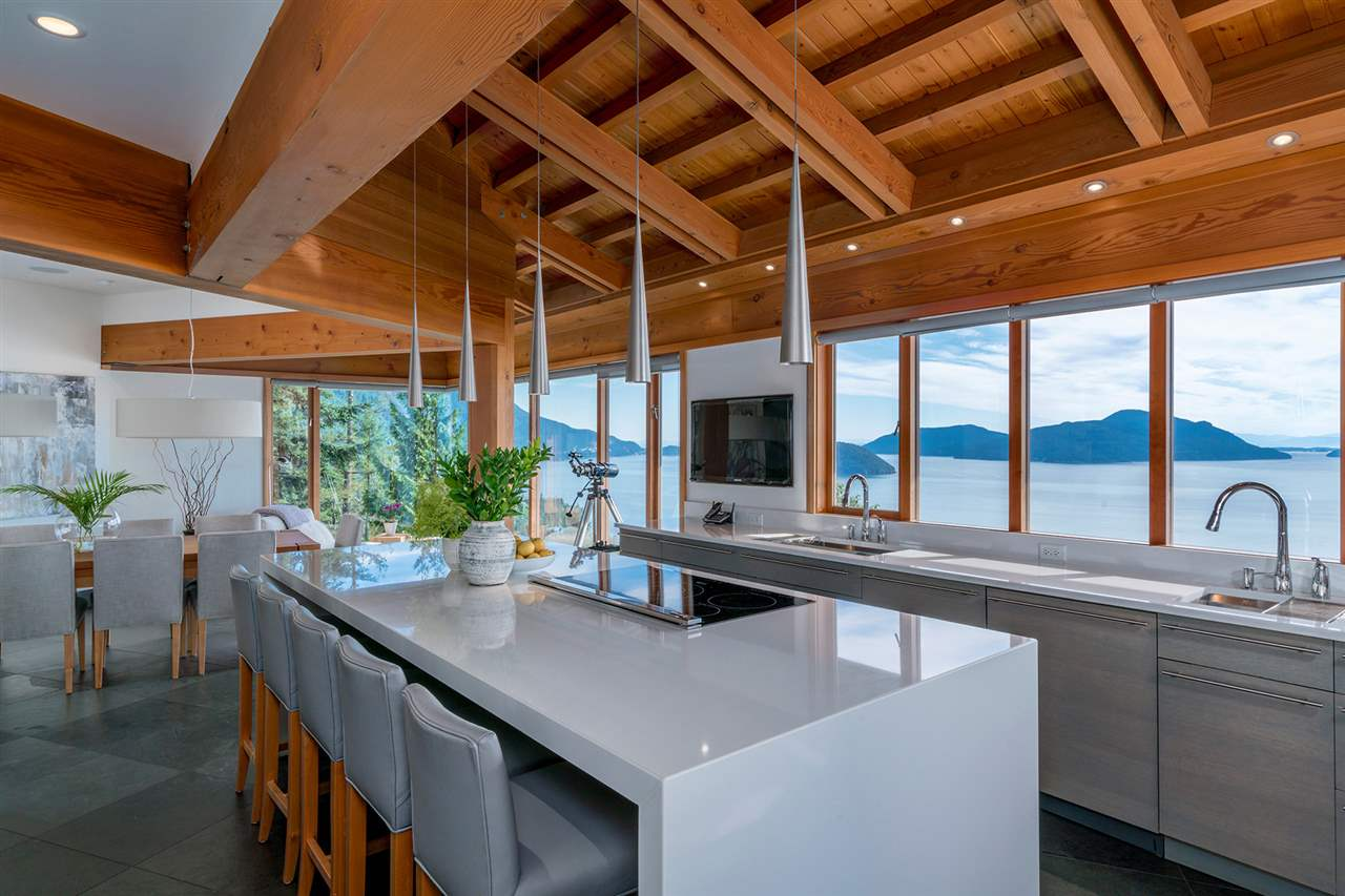 Detached at 160 MOUNTAIN DRIVE, West Vancouver, British Columbia. Image 4