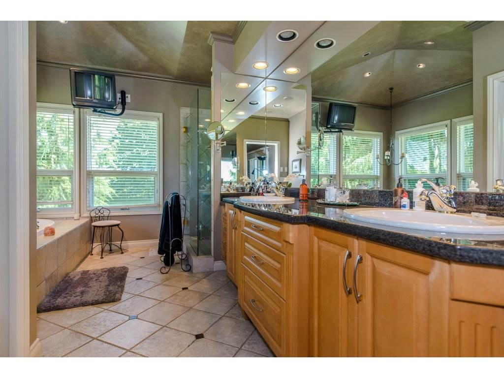 Detached at 29837 TOWNSHIPLINE ROAD, Abbotsford, British Columbia. Image 11