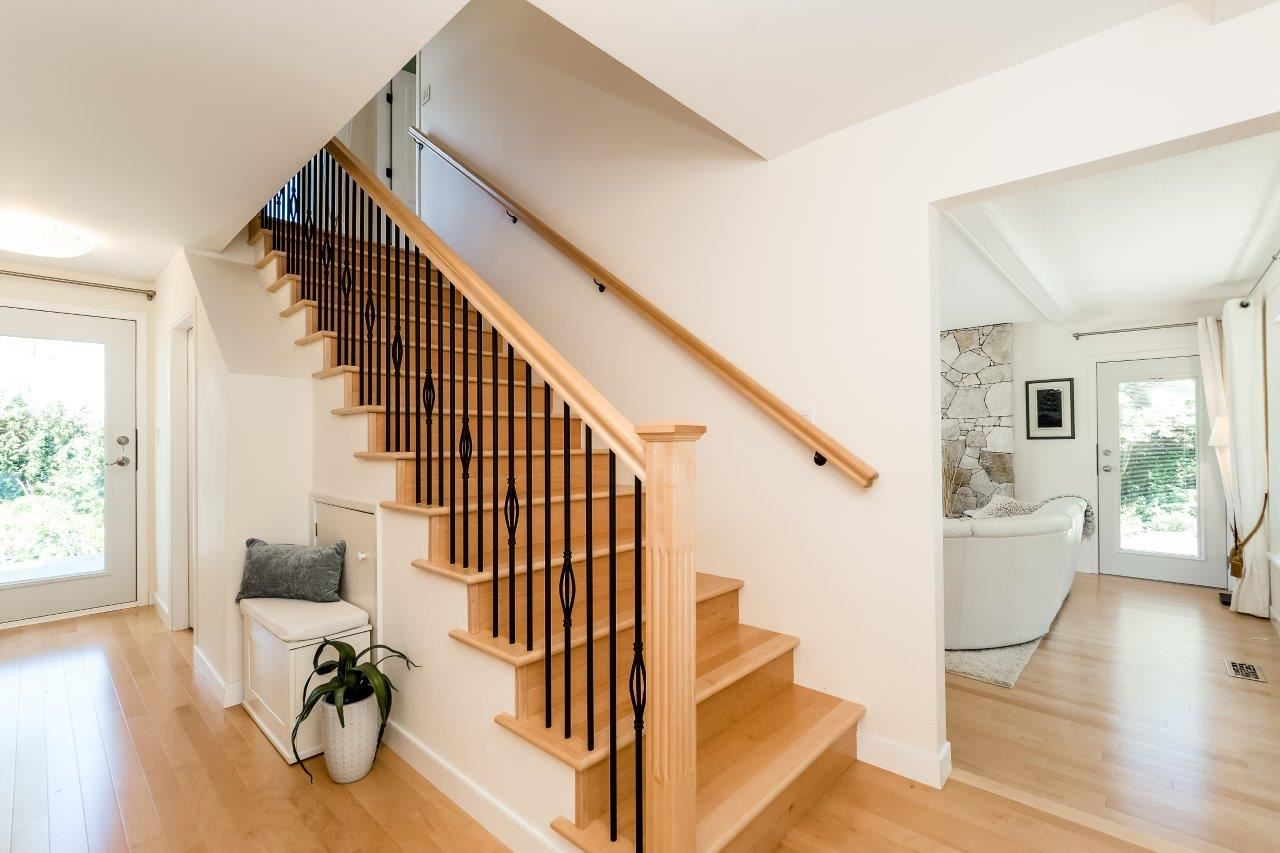 Detached at 5380 MARINE DRIVE, West Vancouver, British Columbia. Image 3