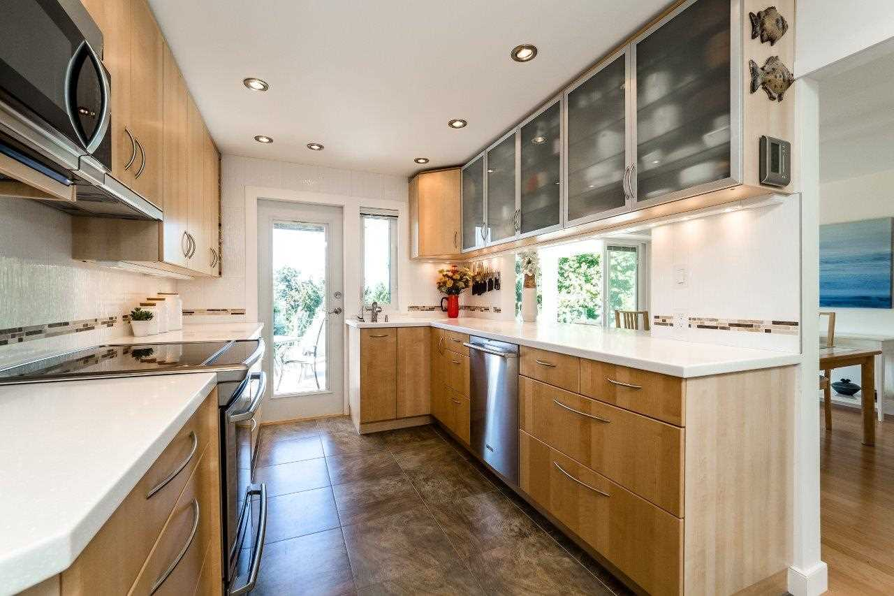 Detached at 5380 MARINE DRIVE, West Vancouver, British Columbia. Image 7
