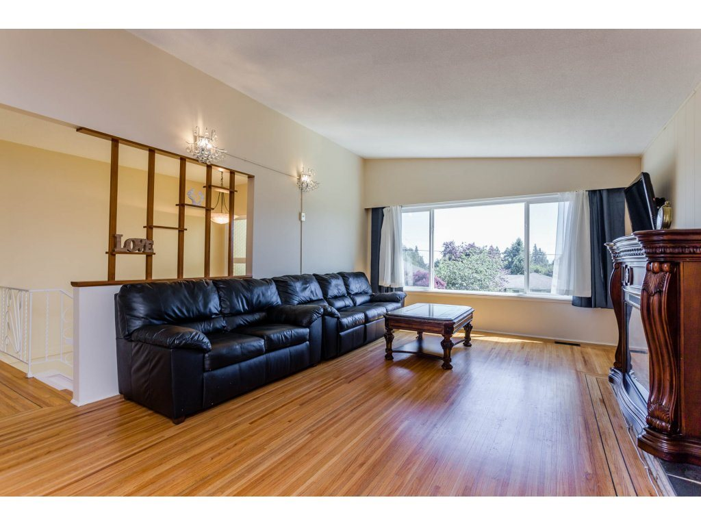 Detached at 13725 COLDICUTT AVENUE, South Surrey White Rock, British Columbia. Image 3