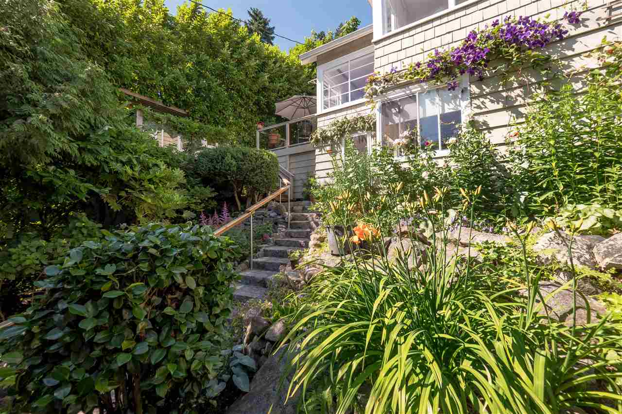 Detached at 3325 MARINE DRIVE, West Vancouver, British Columbia. Image 2