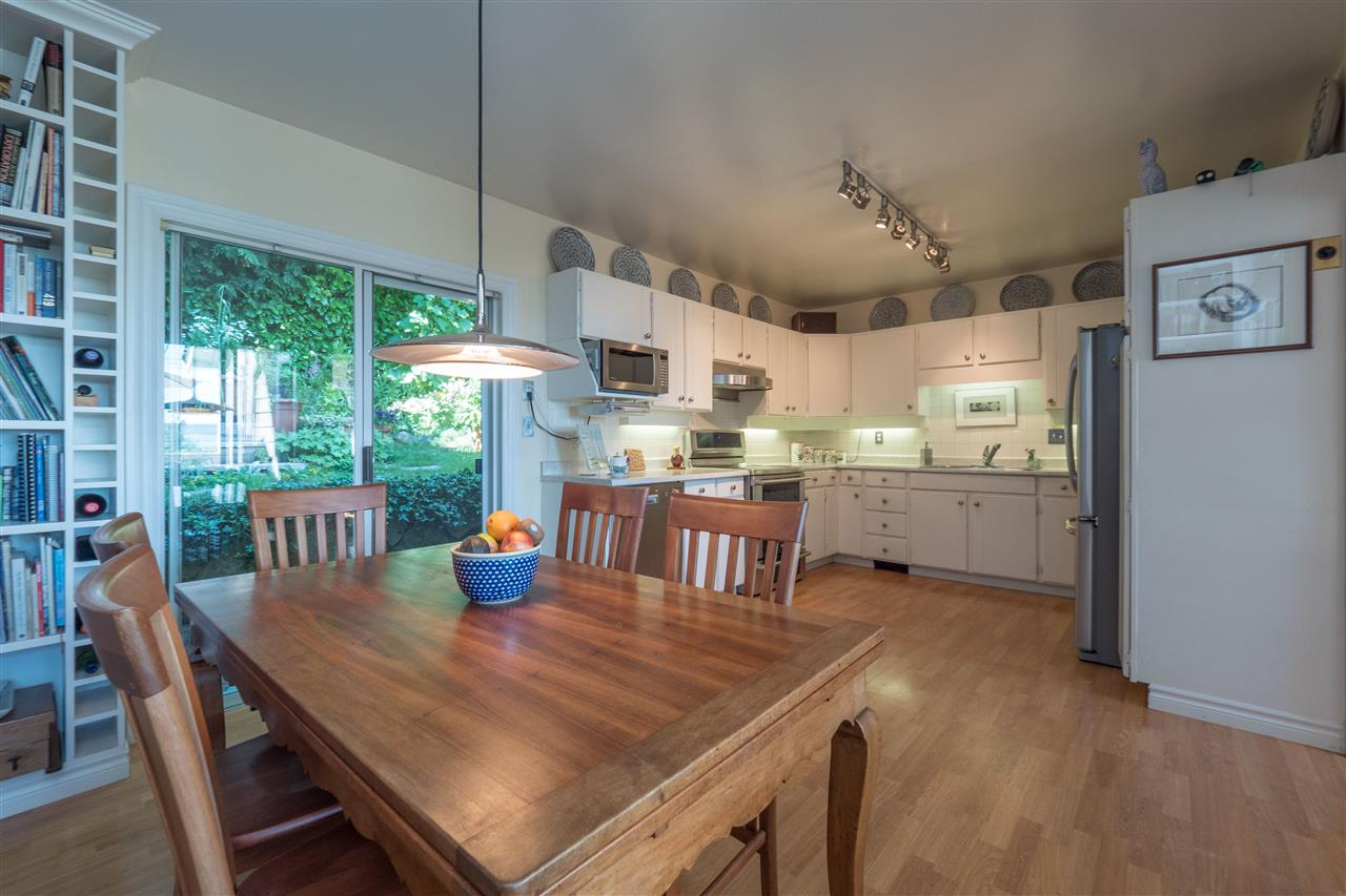 Detached at 3325 MARINE DRIVE, West Vancouver, British Columbia. Image 8
