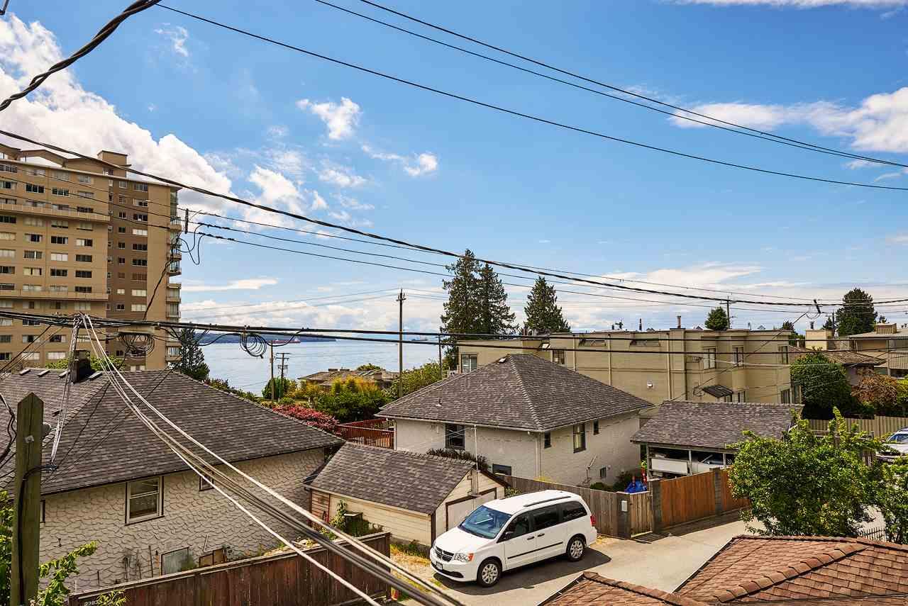 Half-duplex at 2372B MARINE DRIVE, West Vancouver, British Columbia. Image 18