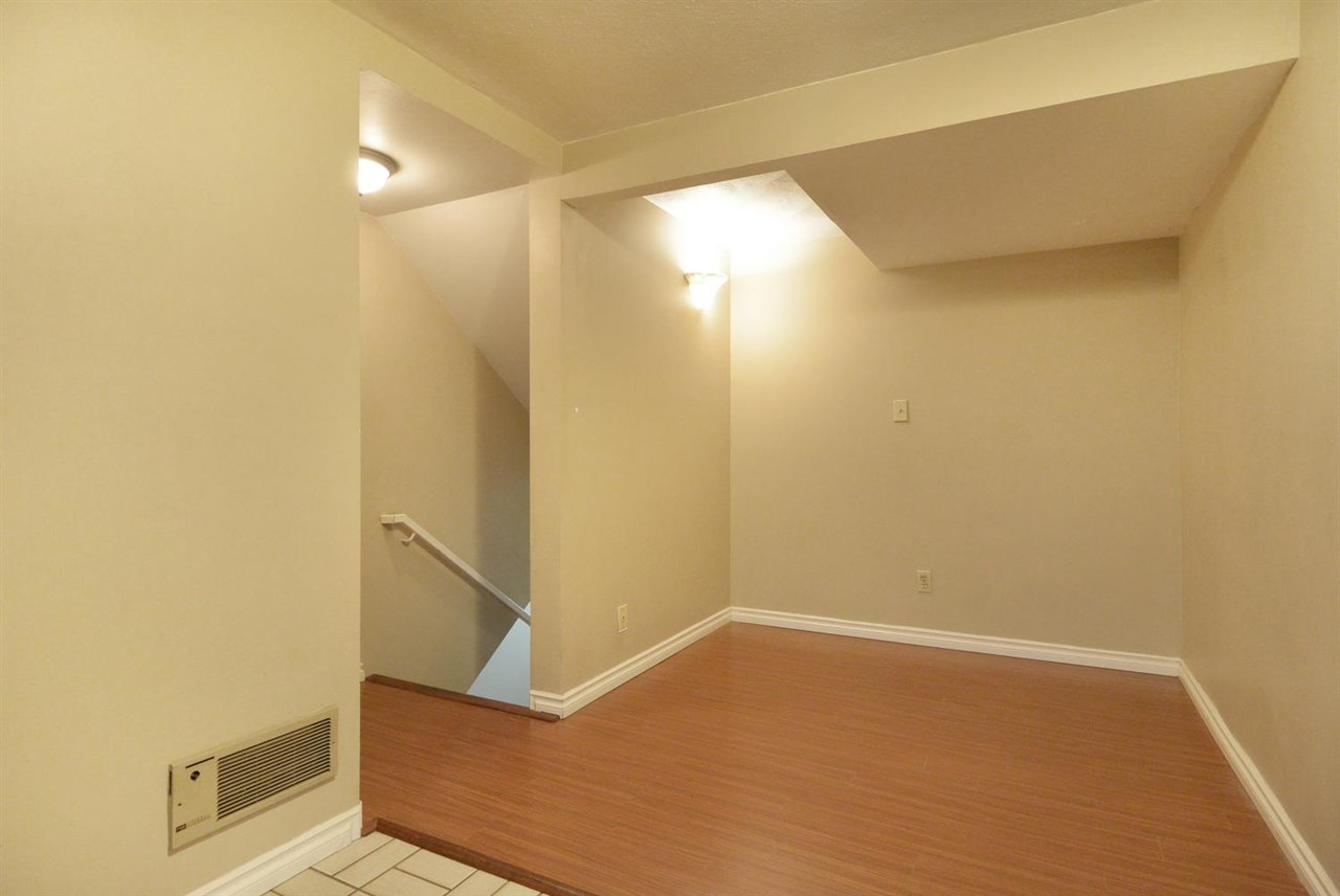 Condo Apartment at 523 666 LEG IN BOOT SQUARE, Unit 523, Vancouver West, British Columbia. Image 4