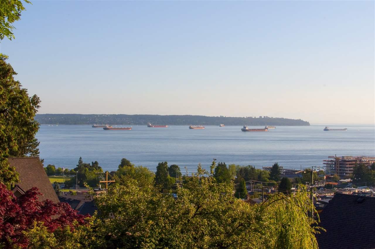 Detached at 1074 FULTON AVENUE, West Vancouver, British Columbia. Image 2