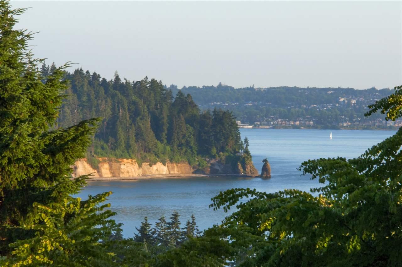 Detached at 1074 FULTON AVENUE, West Vancouver, British Columbia. Image 8