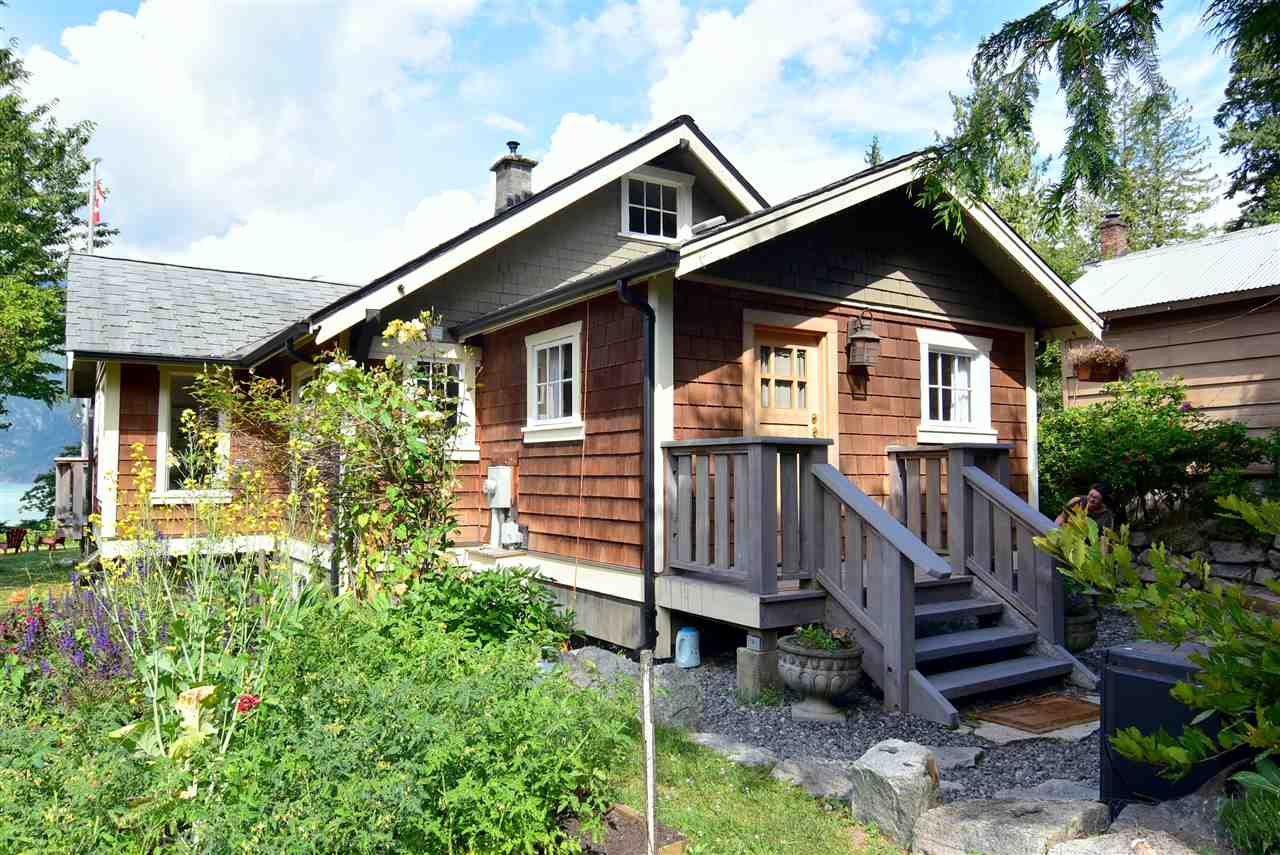 Detached at 633 SHAUGHNESSY PLACE, Squamish, British Columbia. Image 2