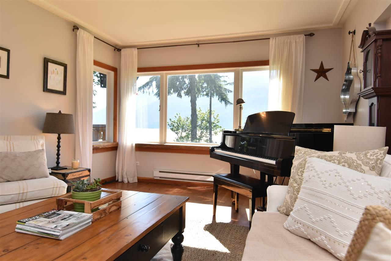 Detached at 633 SHAUGHNESSY PLACE, Squamish, British Columbia. Image 5