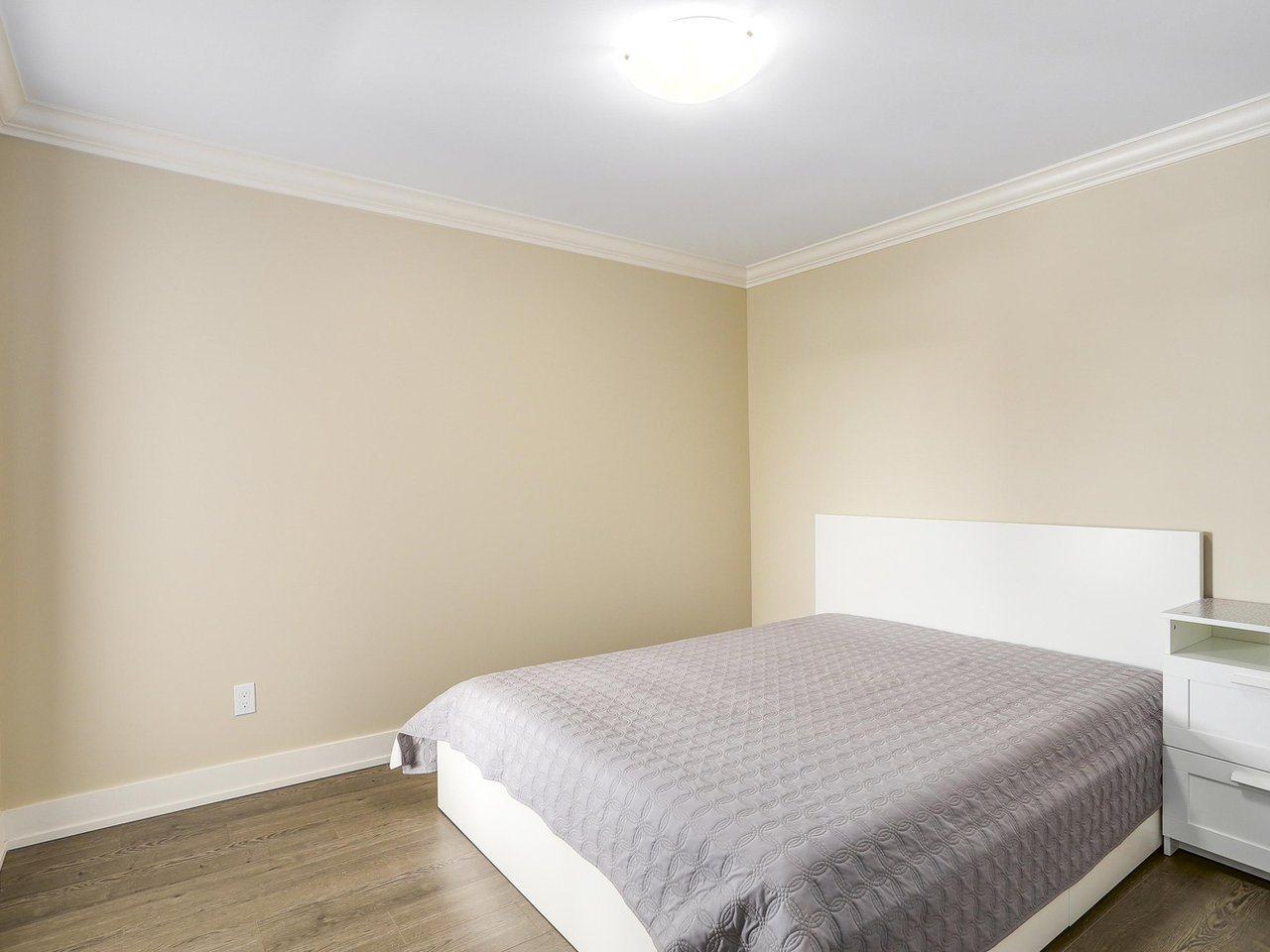 Half-duplex at 4952 LORRAINE AVENUE, Burnaby South, British Columbia. Image 16