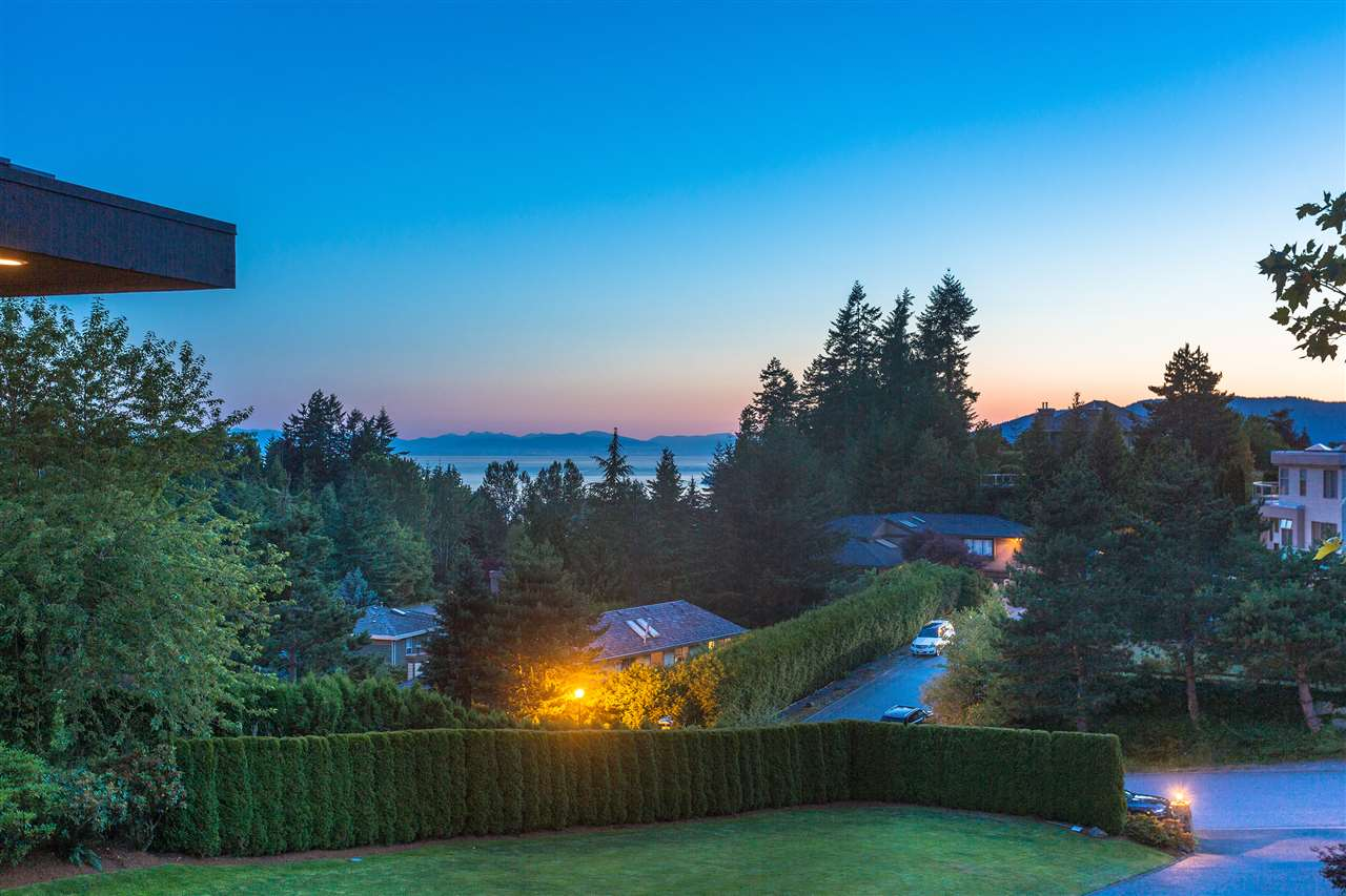 Detached at 4860 NORTHWOOD DRIVE, West Vancouver, British Columbia. Image 16