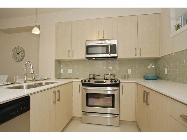 Townhouse at 204 32059 HILLCREST AVENUE, Unit 204, Abbotsford, British Columbia. Image 3