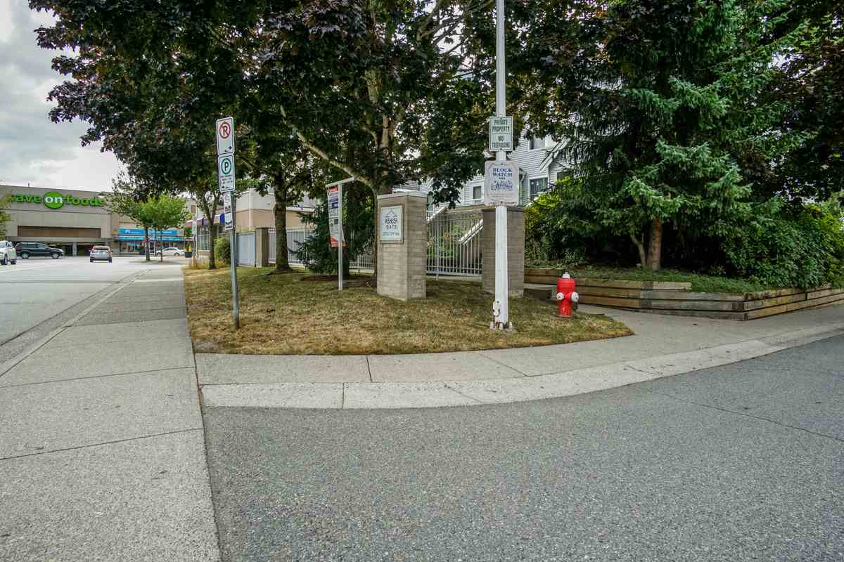 Townhouse at 11 13713 72A AVENUE, Unit 11, Surrey, British Columbia. Image 2