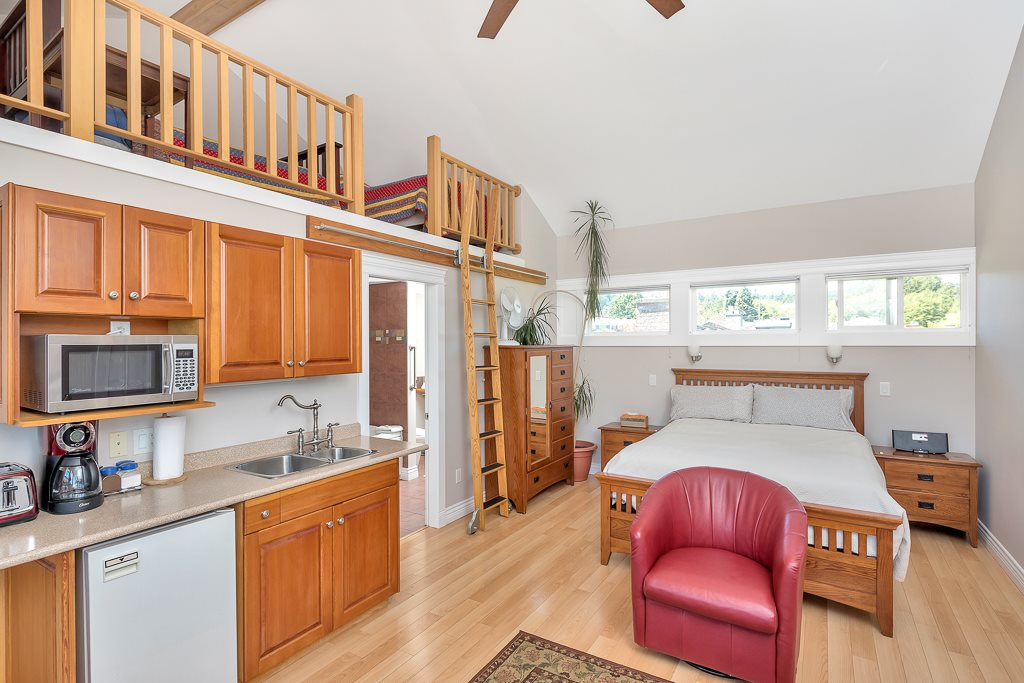 Detached at 206 PORTSMOUTH DRIVE, Out of Town, British Columbia. Image 3
