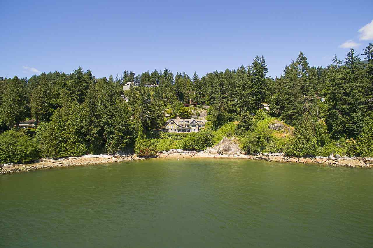 Detached at 4648 S PICCADILLY ROAD, West Vancouver, British Columbia. Image 2