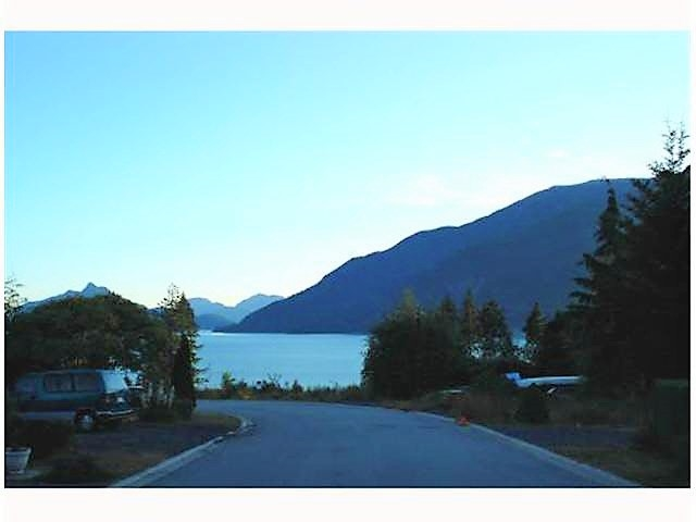 Detached at 727 UPPER CRESCENT, Squamish, British Columbia. Image 9