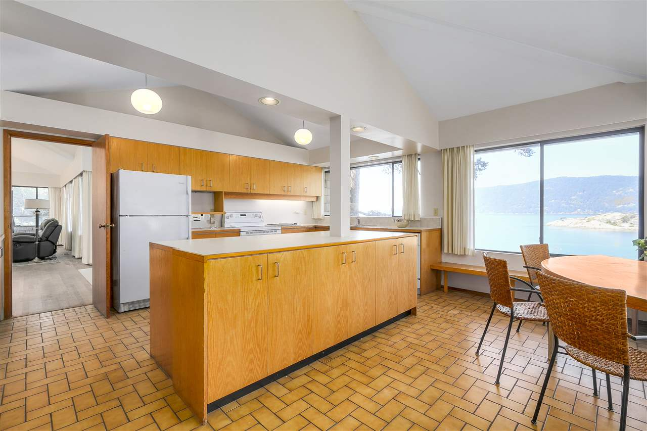 Detached at 6648 MARINE DRIVE, West Vancouver, British Columbia. Image 4