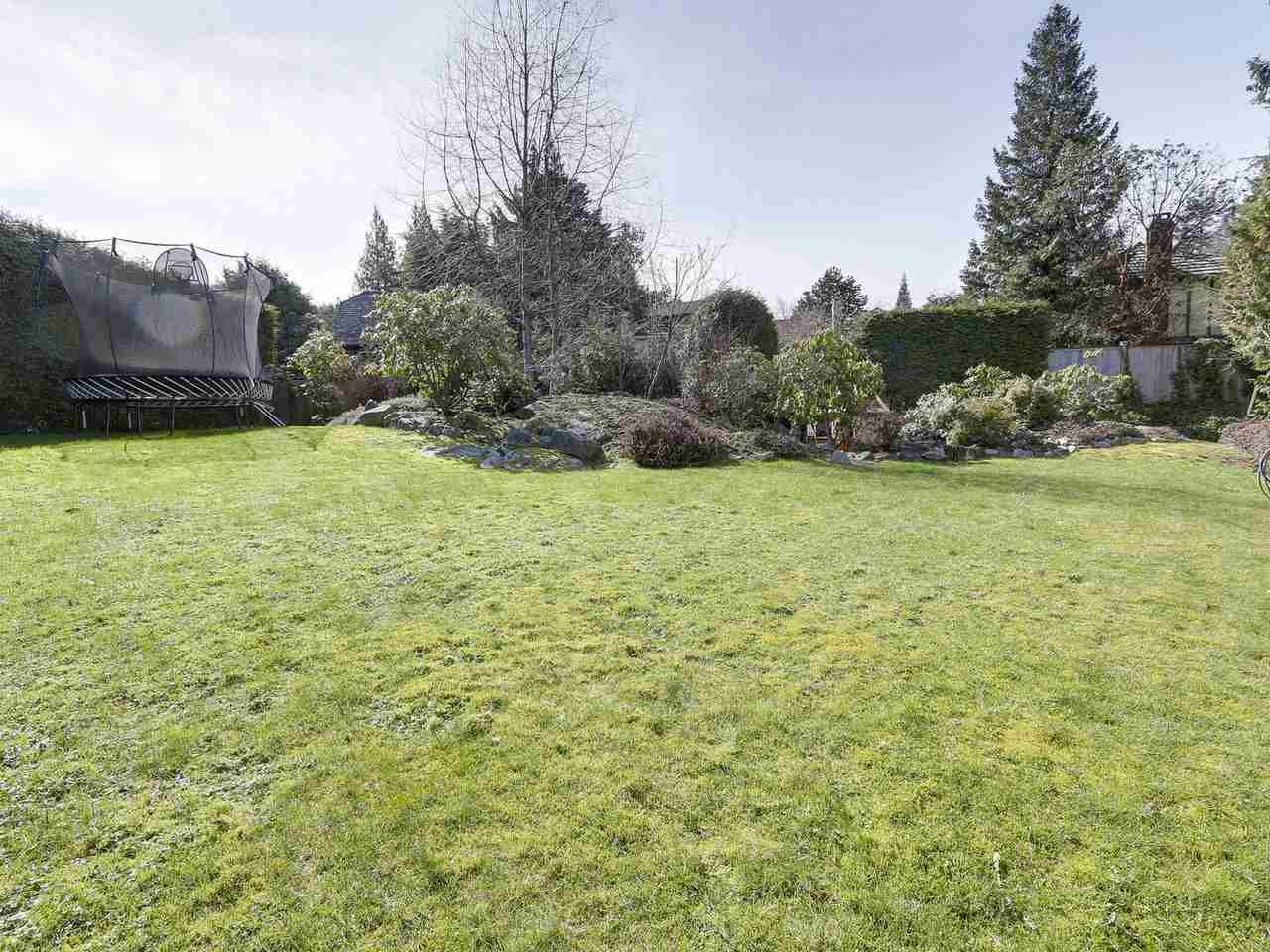 Detached at 5220 SPRUCEFEILD ROAD, West Vancouver, British Columbia. Image 17