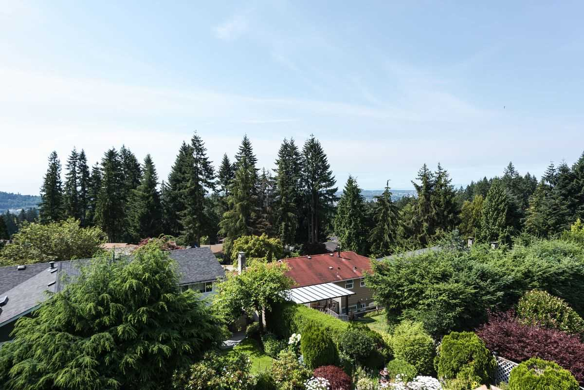 Detached at 2035 HILL DRIVE, North Vancouver, British Columbia. Image 16