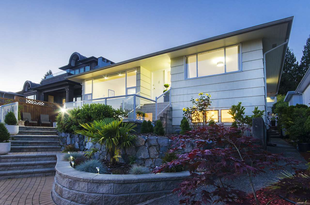 Detached at 2165 QUEENS AVENUE, West Vancouver, British Columbia. Image 2