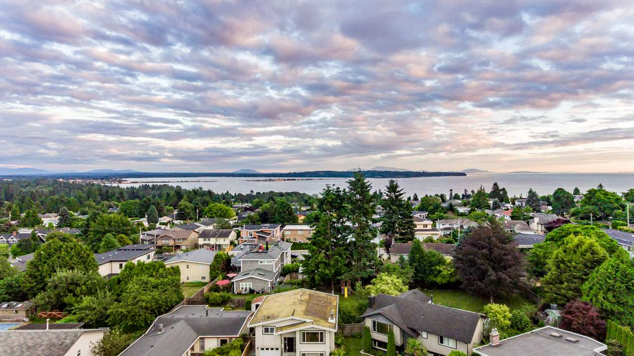 Detached at 15832 PROSPECT CRESCENT, South Surrey White Rock, British Columbia. Image 2