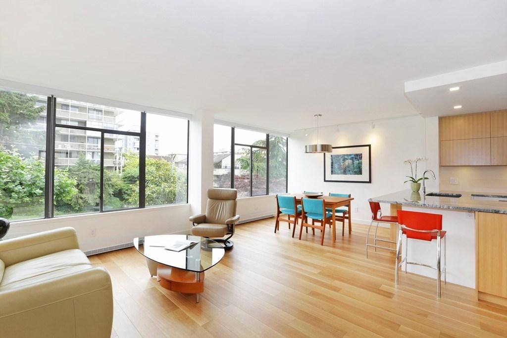Condo Apartment at 304 1420 DUCHESS AVENUE, Unit 304, West Vancouver, British Columbia. Image 2