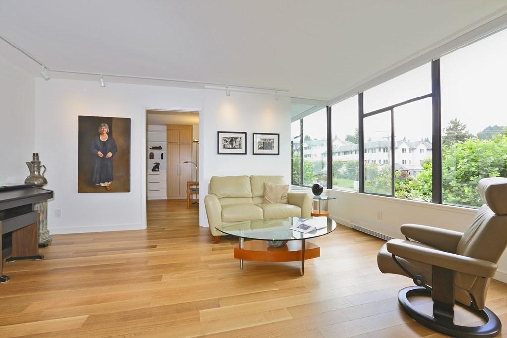 Condo Apartment at 304 1420 DUCHESS AVENUE, Unit 304, West Vancouver, British Columbia. Image 3