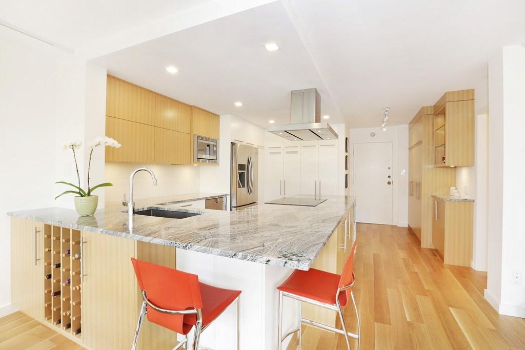 Condo Apartment at 304 1420 DUCHESS AVENUE, Unit 304, West Vancouver, British Columbia. Image 5