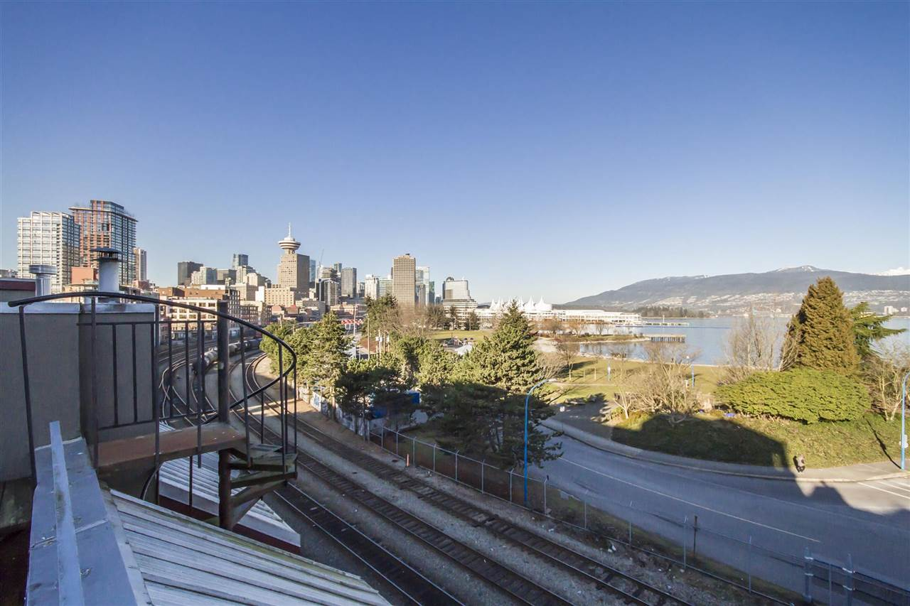 Townhouse at 135 ALEXANDER STREET, Vancouver East, British Columbia. Image 2