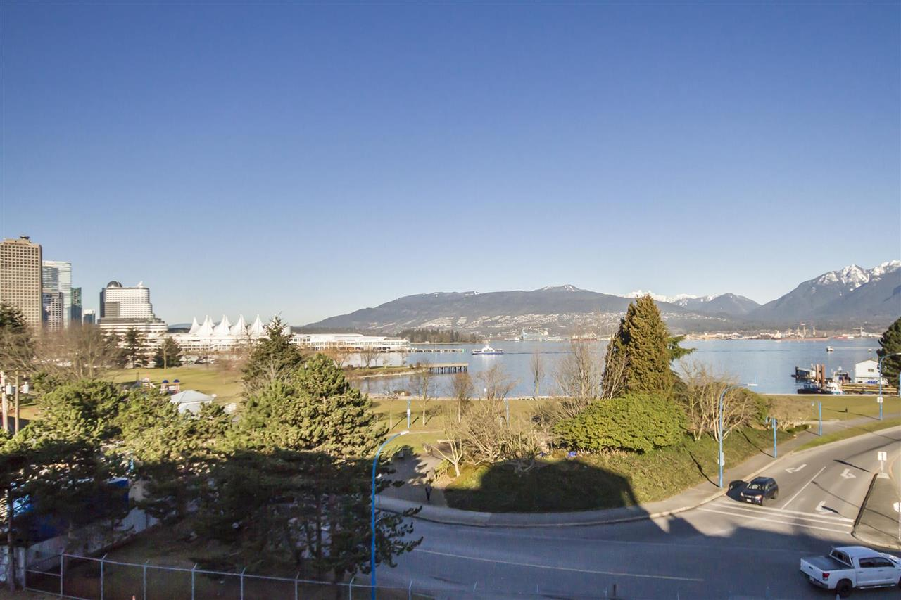 Townhouse at 135 ALEXANDER STREET, Vancouver East, British Columbia. Image 3