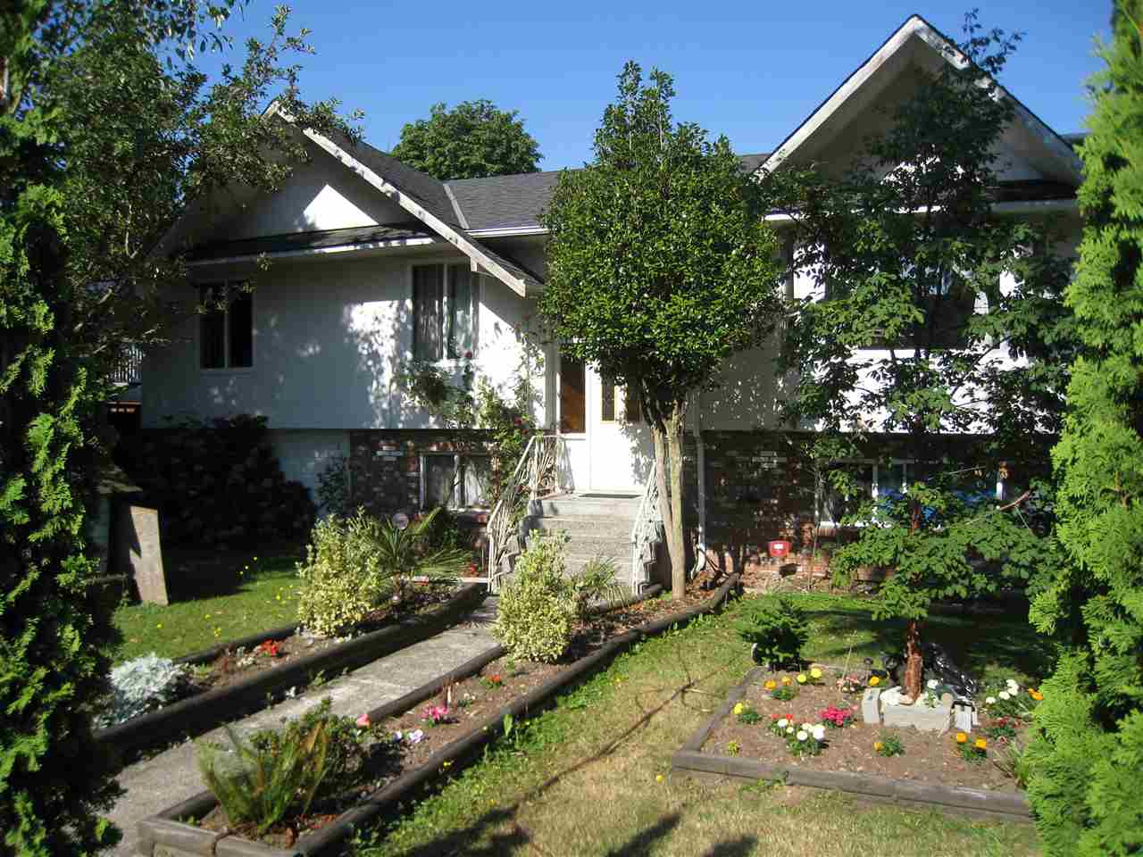 Detached at 9785 128 STREET, North Surrey, British Columbia. Image 2