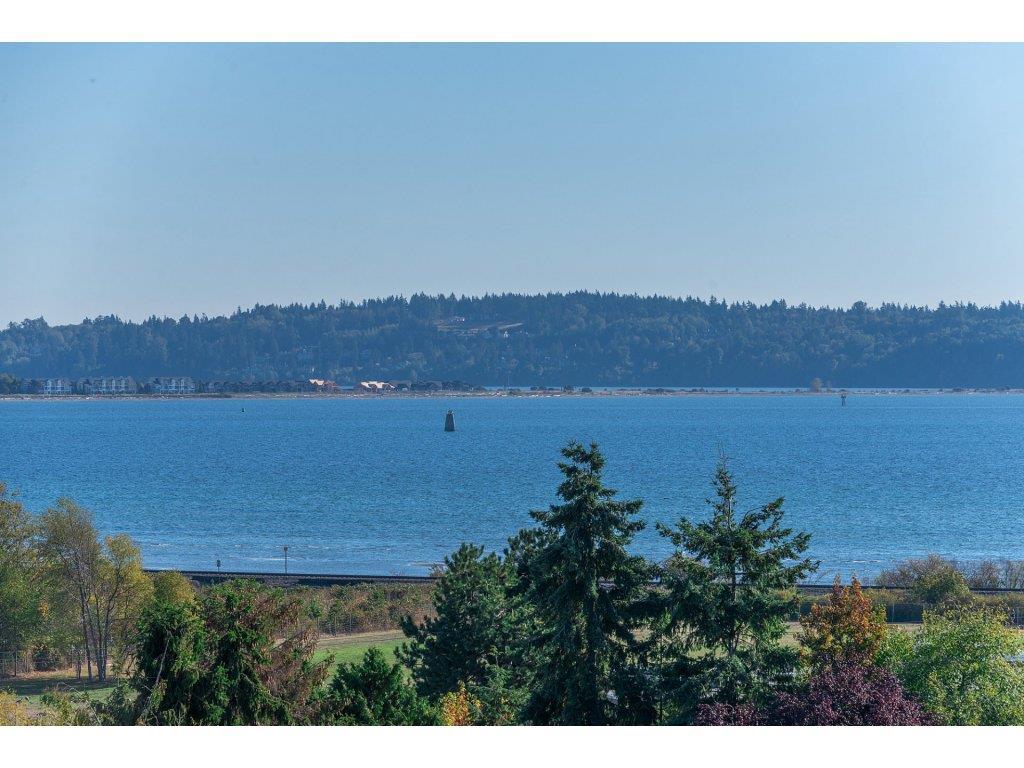 Detached at 15837 COLUMBIA AVENUE, South Surrey White Rock, British Columbia. Image 2