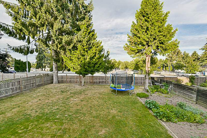 Detached at 9148 MALCOLM PLACE, Surrey, British Columbia. Image 20