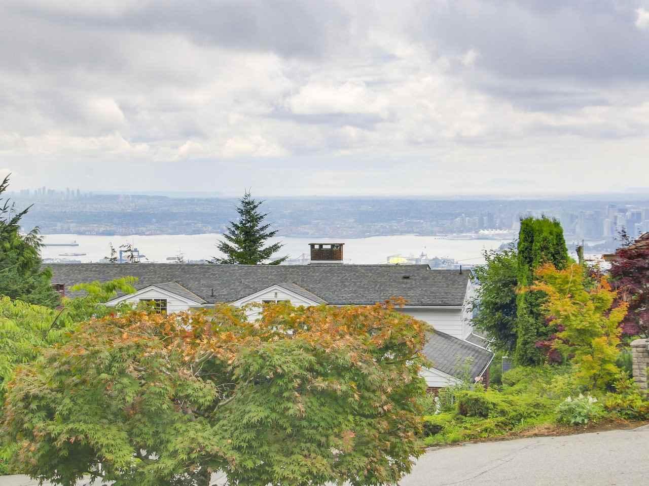 Detached at 1127 CRESTLINE ROAD, West Vancouver, British Columbia. Image 3