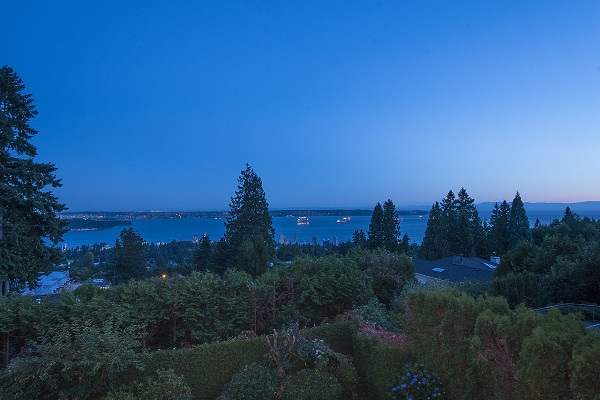 Detached at 2342 WESTHILL DRIVE, West Vancouver, British Columbia. Image 3