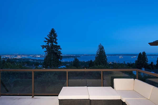 Detached at 2342 WESTHILL DRIVE, West Vancouver, British Columbia. Image 7