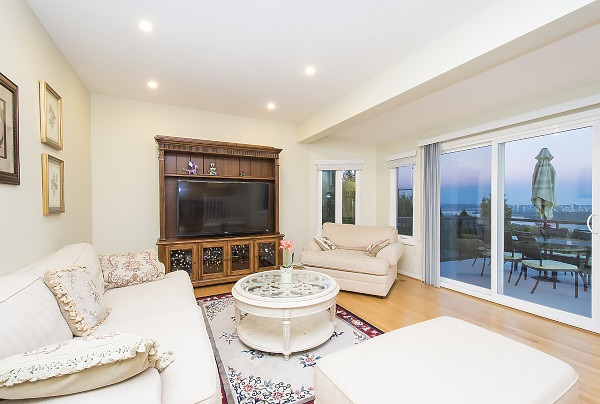 Detached at 2342 WESTHILL DRIVE, West Vancouver, British Columbia. Image 10
