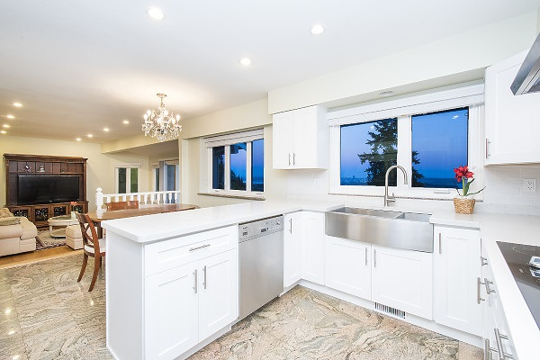 Detached at 2342 WESTHILL DRIVE, West Vancouver, British Columbia. Image 12