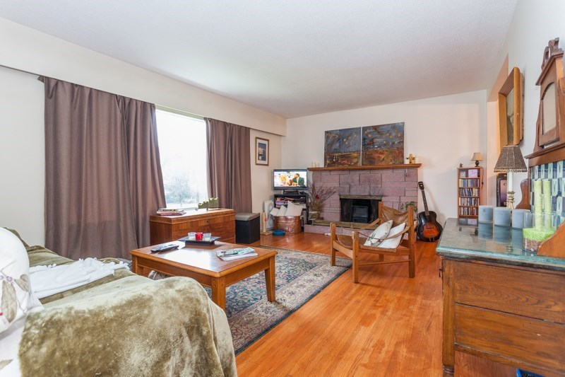Detached at 15610 RUSSELL AVENUE, South Surrey White Rock, British Columbia. Image 2