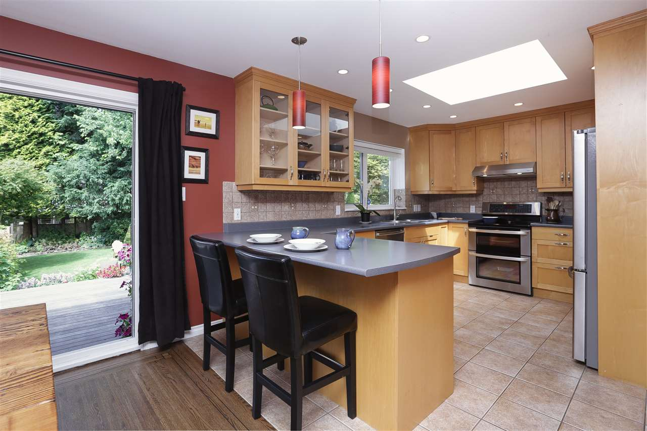 Detached at 923 PLYMOUTH DRIVE, North Vancouver, British Columbia. Image 6