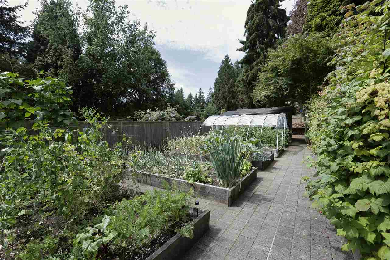 Detached at 923 PLYMOUTH DRIVE, North Vancouver, British Columbia. Image 9