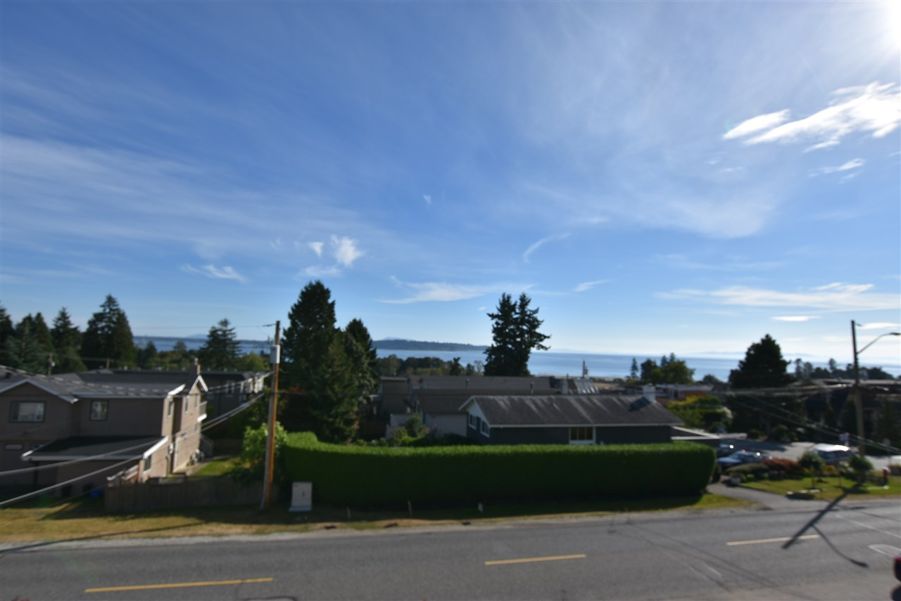 Detached at 15977 PACIFIC AVENUE, South Surrey White Rock, British Columbia. Image 2