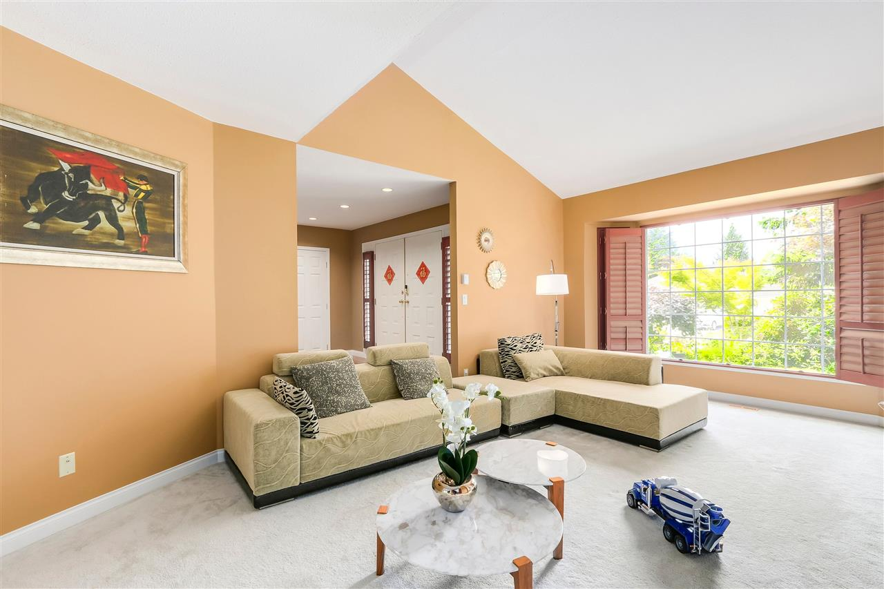 Detached at 13038 SUMMERHILL CRESCENT, South Surrey White Rock, British Columbia. Image 3