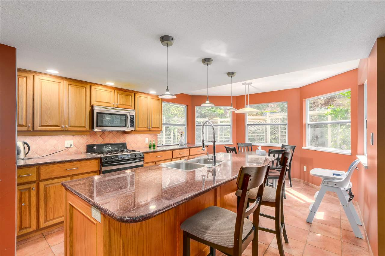 Detached at 13038 SUMMERHILL CRESCENT, South Surrey White Rock, British Columbia. Image 5
