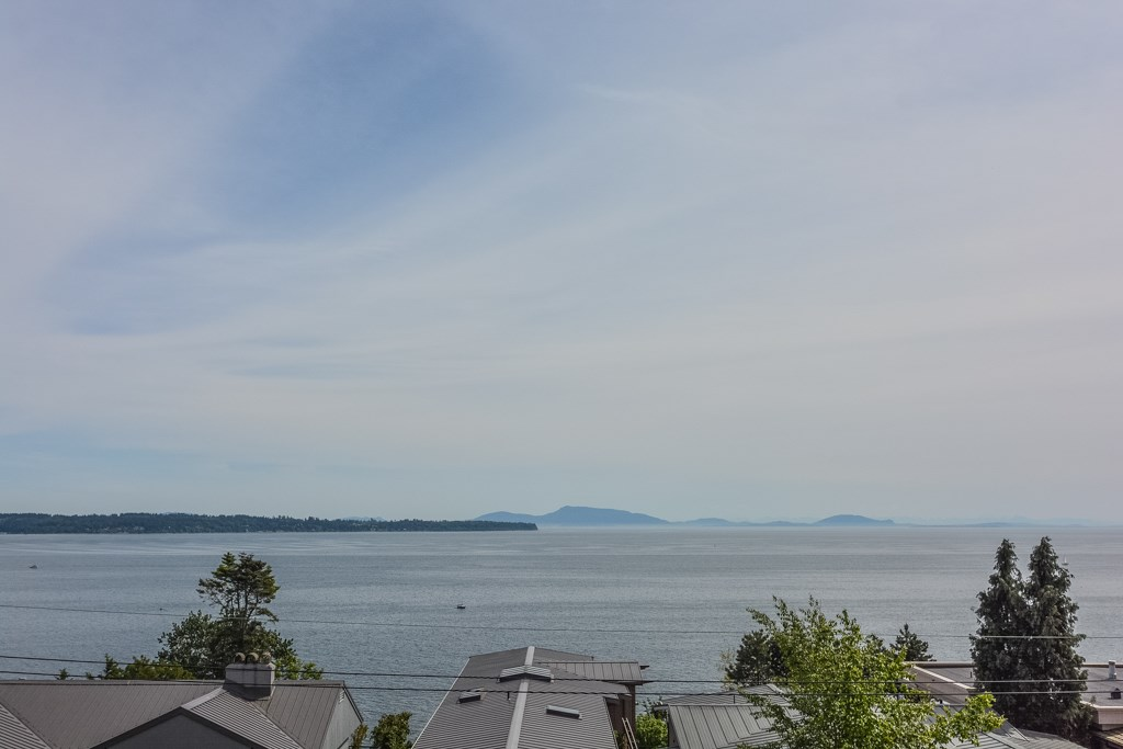Detached at 14371 SUNSET DRIVE, South Surrey White Rock, British Columbia. Image 1