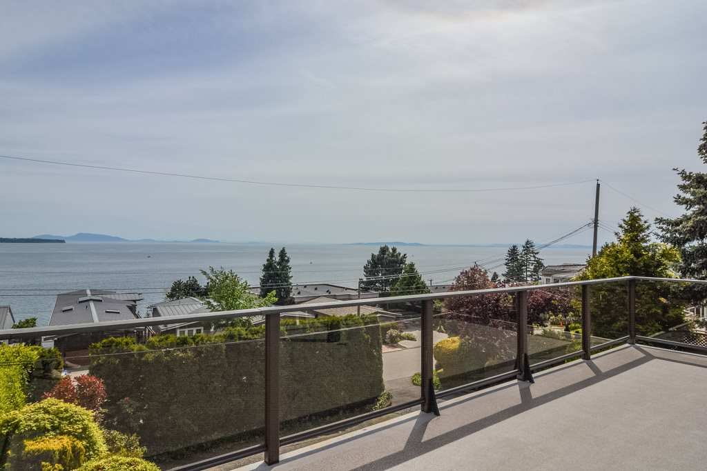 Detached at 14371 SUNSET DRIVE, South Surrey White Rock, British Columbia. Image 3
