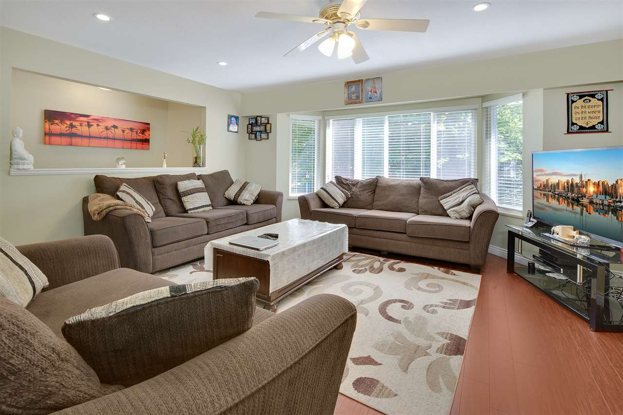 Detached at 8979 QUEEN MARY BOULEVARD, Surrey, British Columbia. Image 9