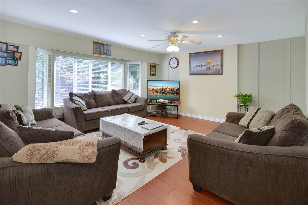 Detached at 8979 QUEEN MARY BOULEVARD, Surrey, British Columbia. Image 10